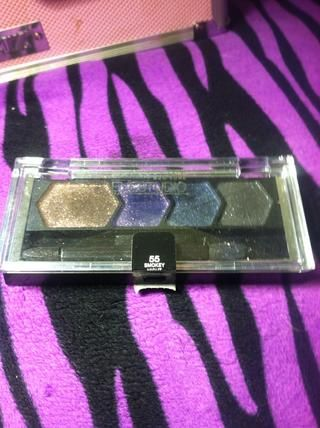 El último color que'm using is Maybelline's eye studio palette in Smokey Night. I'm using the dark purple shade with my small shadow brush so I can add a bit of depth to the crease of my eye.