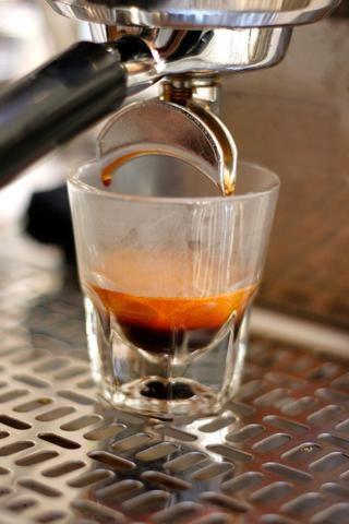 Tire de su tiro. Usted debe producir unos 34 a 36 gramos de café espresso líquido para la 19 g de espresso suelo utilizamos. Aquí tu'll see the orange crema on top. This is water emulsified in oil and is tasty.
