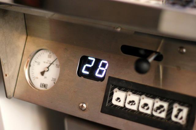 Se debe tomar 24-30 segundos para producir esta cantidad de espresso. Si se tira más rápido, la vacuna tendrá un sabor amargo y no compleja, ya que didn't have time to extract a lot of the flavor.