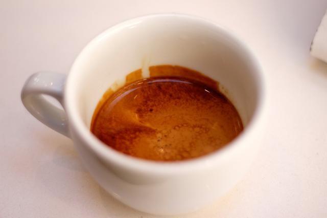 Disfrute como es, o verter en un poco de leche con costura para un café con leche.