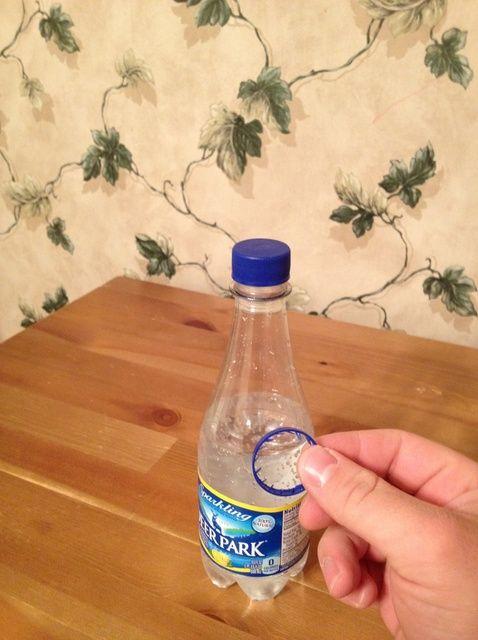 Cómo Empuje una botella de refresco a través de su anillo de plástico