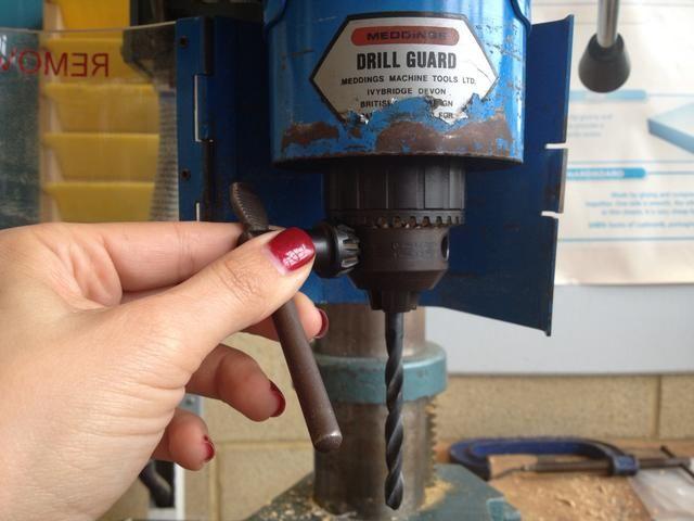Utilice la llave del portabrocas para apretar el mandril aún más. Asegúrese de retirar la llave de mandril y cierra la guardia antes de encender la máquina.