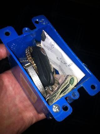 Lleve a su caja de montaje toma de corriente y poner sus objetos de valor en ella.