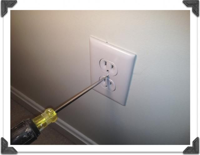 Montarlo en una pared. Luego atornille la placa sobre. usted'll be able to open your safe anytime by simply unscrewing and removing the plate.