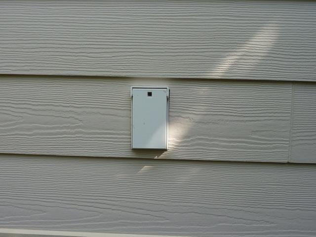 Otra idea es montar una falsa fuera de su casa o en su garaje para llaves de repuesto.