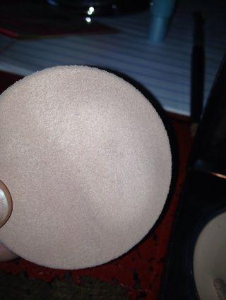 Fundación Frote sobre la esponja de maquillaje