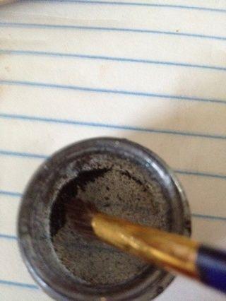 Esta es MAC pigmento negro que uso esto vaya dar mi pliegue un poco más de profundidad. Este pigmento es muy intensa se aplica con un pincel en ángulo y sólo usar un guión a continuación, toque fuera.
