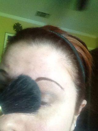 Entonces tomo un pincel grande y hacer un barrido sobre el ojo para mezclar un poco más