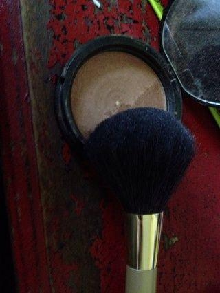 Utilice un cepillo grande kabuki
