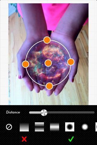 El círculo se utiliza para dar forma a / cortar la imagen galaxia. Arrastre los puntos se ajustan a la galaxia en las palmas de las manos.