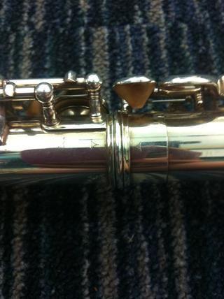 Saque la articulación del pie y deslícela en el otro lado de la sección media. Algunas flautas tienen flechas que coinciden.