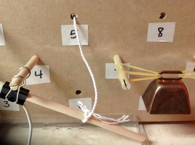 Ate una cuerda a la barra como se muestra y ejecutarlo a través del agujero 5.