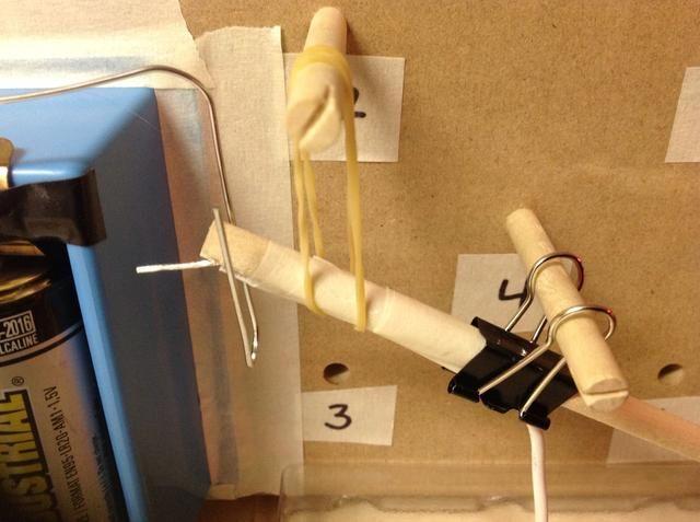 Deslice una banda elástica alrededor de la palanca derecha bajo stick 2. Deslice ambos extremos de la banda sobre stick 2.