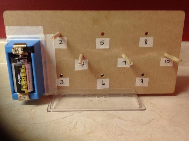 Use cinta adhesiva para asegurar un soporte celular a la tarjeta como se ilustra. Sus bordes inferiores izquierda debe estar al ras con los bordes de la base de la construcción.
