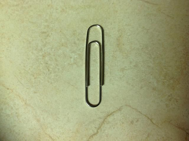 Posición clip de papel como se muestra en la foto.