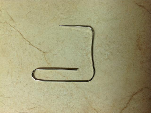 Doble el lazo grande hacia abajo y hacia el lado izquierdo.