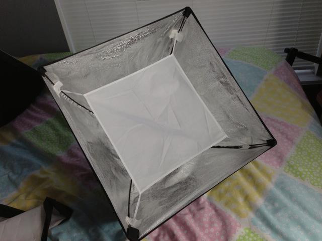 Extiende el difusor interior mientras lo conecta a las 4 esquinas de la caja de luz