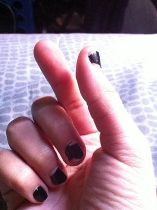 Yo prefiero usar mi dedo índice y el pulgar para manejar un contacto. Son fácilmente se llenaron de lágrimas y asegúrese de que sus manos se limpian.