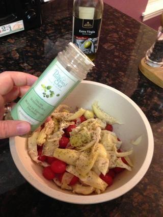 Añadir 1 cucharada de condimento italiano, junto con la sal y pimienta al gusto