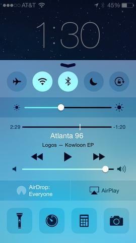 Esta es iOS 8. Nota de los iconos de centro de control tienen un estado diferente activar / desactivar. Al seleccionar Wifi, Bluetooth, etc el fondo se vuelve blanco. Ello's much easier to tell what's selected now!