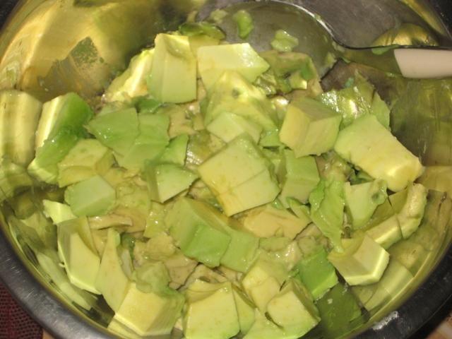 Cortada en cuadritos de aguacate. Se usa para hacer guacamole o un cóctel de frutas o he claro como un aperitivo.
