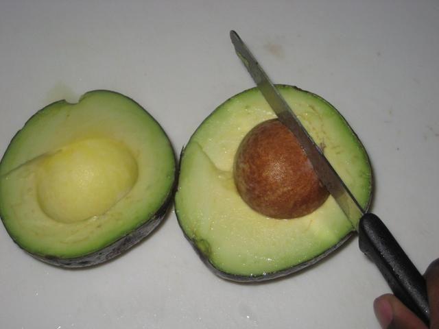 Para extraer la semilla, golpear firmemente la semilla con el cuchillo a continuación, girar la semilla hasta que se mueve fuera de lugar
