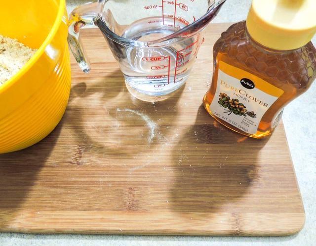 Obtener agua fresca filtrada y miel