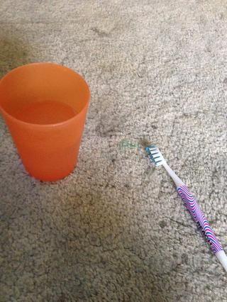 Verter un poco de la solución de limpieza en una taza y diluir con agua caliente de acuerdo con el fabricante's directions...or just eyeball it like I did. Find an old toothbrush for scrubbing.