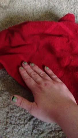 A continuación, coloque la toalla de plano y frotar la mano en un círculo para generar calor. Esto ayuda a que sea rápido seco. (Disfrute de las caricaturas en el fondo.)