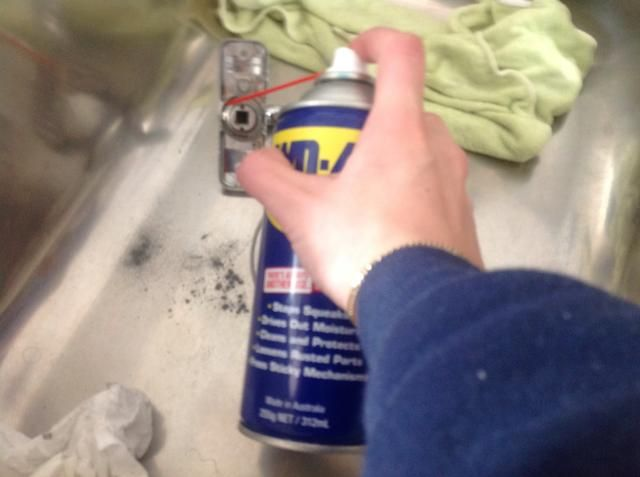 Squirt el lubricante en las partes de giro de la manivela