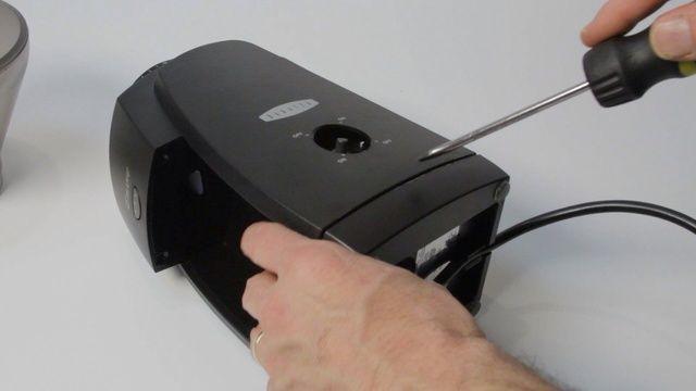 Retire la caja exterior: comenzar con un destornillador colocado verticalmente en el hueco.