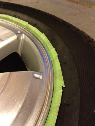 Ruedas de preparación de la limpieza con desengrasante. Dar ruedas una áspera luz con grano 120 o más fino papel de lija de auto. Use cinta adhesiva auto o pin-rayas cinta delgada para enmascarar alrededor del borde de la llanta.