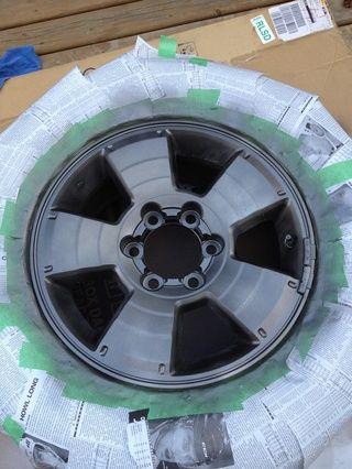 Proteja el resto de los neumáticos con el periódico y cinta adhesiva gruesa. Dar llantas varios dustings luz con la pintura en aerosol Duplicolor.