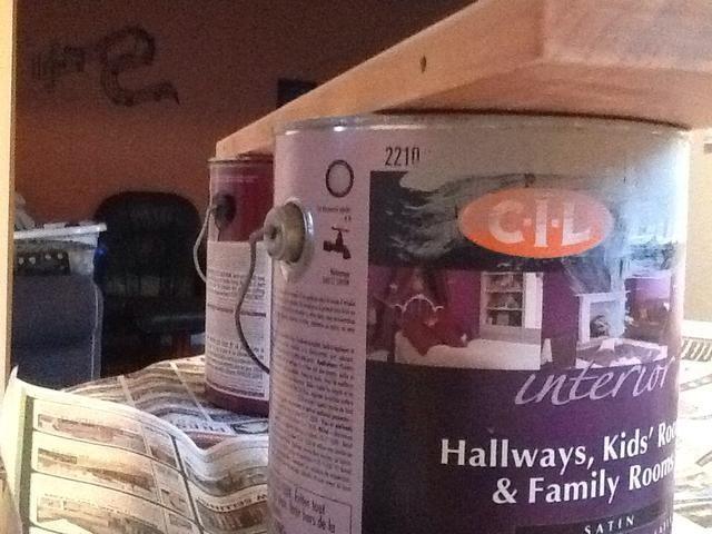 Estamos utilizando latas de pintura vieja para descansar la madera en