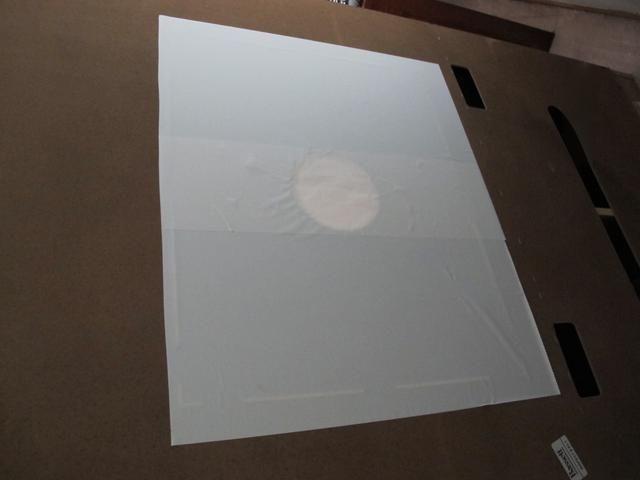 Ponga un pedazo de cartulina sobre el agujero en la parte posterior del centro. Cubrir con papel de contacto o cinta hacia abajo con cinta adhesiva.