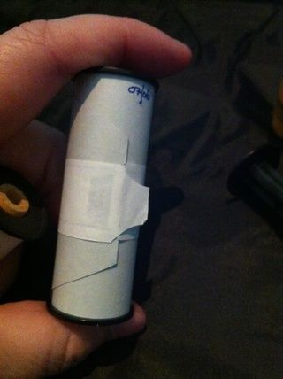Tome la cinta y empezar a unscroll la película. Puede utilizar el repuesto 120 carrete para esto.