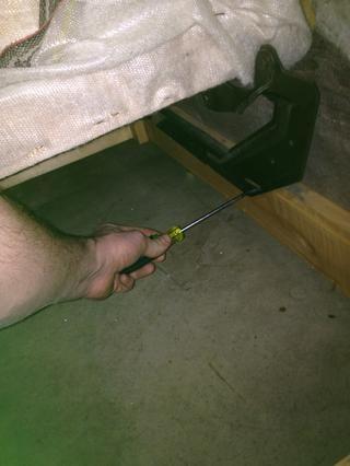 Luego desenroscar el bastidor plegable de la madera, ya que no tenía ambiciones de recuperación.