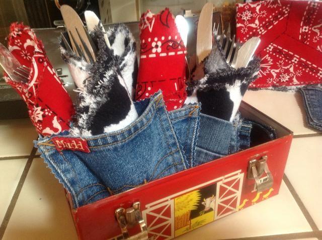 Pliegue sus utensilios en una servilleta de tela y se adhieren en el interior del bolsillo de mezclilla. Fácil de tomar y llevar.