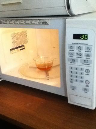 Póngalo en el microondas durante 15 a 30 segundos. Si todavía es grueso puede que tenga que ejecutar dos veces.