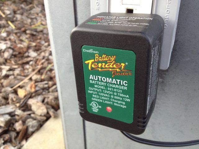 Conecte el cargador y asegúrese de que su indicador muestra que está trabajando.