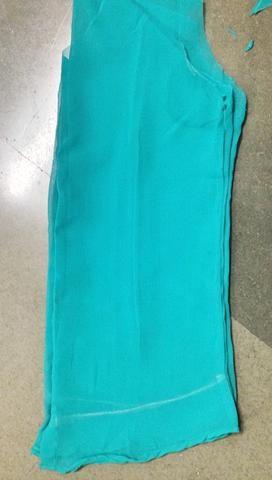 Doble la camisa por la mitad, por lo que ambas partes se cortan de manera uniforme.