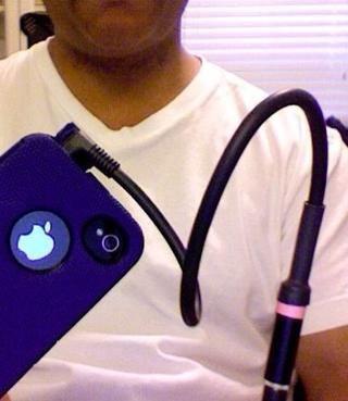 Conecte el adaptador a su iPhone. El micrófono de solapa viene con un cable de 25 pies.