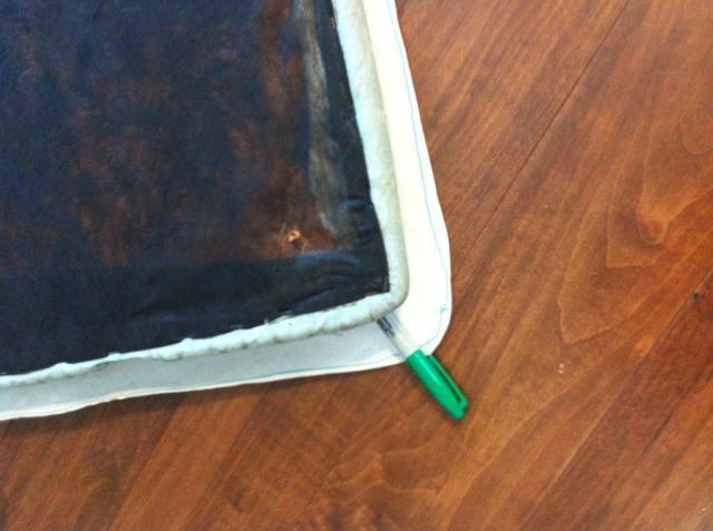 Utilice el asiento para dibujar dos patrones en el papel del congelador. Puede que tenga que pegar o cinta extra en. Hacer que el patrón de bloque de material fibroso sobre el mismo tamaño que el asiento y el patrón de la tela sobre 3
