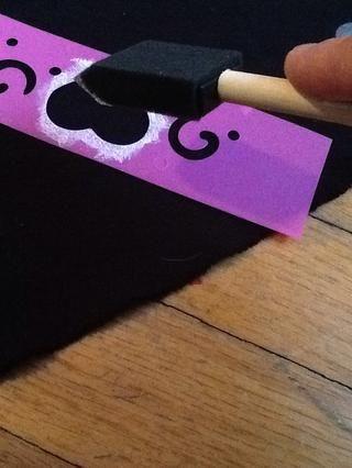 Sostenga la plantilla hacia abajo y luego aplique la pintura en el área deseada