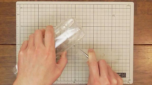 Cortar la parte inferior de la botella de plástico.