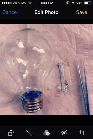 Uso del destornillador que tendrá que romper la parte interior de vidrio, como se muestra en la imagen. Luego retírela de la bombilla. Después de que lavar la bombilla y secarlo con papel de seda.