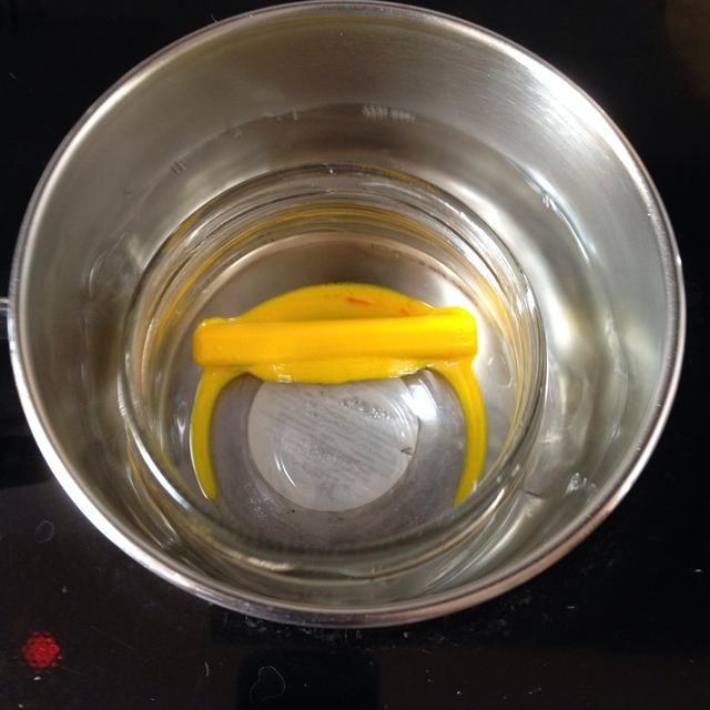 Entonces. En una olla va a calentar el agua, y la otra olla, una copa, te pondrá los pedazos de lápices de colores y dejar que se derrita