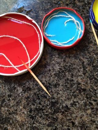 Entonces. Si lo desea, puede utilizar el pabilo y tinte en las mismas tonalidades como el conjunto de lápices de colores bastante nuevo.