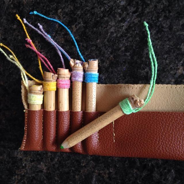 Aquí está, un bonito conjunto de lápices de colores de reciclaje. Hice una pequeña cartera de cuero falso también, sólo para guardarlos bien ..