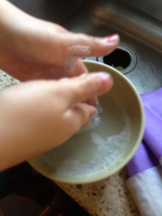 1 cucharada de bicarbonato de sodio, 1 cucharadita de jabón de manos, y añadir agua caliente. Frote sus manos, se lava con agua tibia y Voilah 30 segundos después- que's gone.